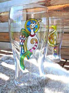 Kells Celtic bird motif hand painted beer glass Sold individually Diameter Ø 80 mm Height 16 cm 25 cl -Baked glass for food use. -Use caution: for better resistance, wash your glass by hand, but using the dishwasher can cycle at 40 ° eco © haelwennlais Pint Glass, Hand Painted, Bird, Glasses, Etsy, Tableware, Artwork, Painting, Beer Glassware