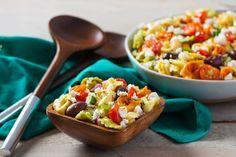 Une recette facile que vous allez adorer – poitrine de dinde, salami, provolone et légumes sur des tortellini au fromage. Un repas santé et généreux !