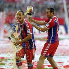 De @Bundesliga_EN: Even when throwing beer, Claudio Pizarro looks super-cool! (Via @pizarrinha) @FCBayernEN #BayernStyle http://twitter.com/Bundesliga_EN/status/465495310123679744/photo/1