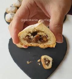 Çok lezzetli muhteşem bir kurabiye oldu bu 😀 İçi incirli cevizli poşetle sıkıp incir şekli vererek yapabilirsiniz 😊 Hem kolay hem farkl..
