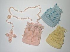 Mini terço de crochê com pérolas, embalado em uma linda bolsinha também de crochê.  Ideal para lembrancinhas de batismo e primeira eucaristia.  Consulte-nos sobre preço especial para pedidos acima de 10 unidades.