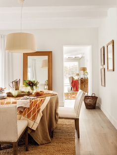Casa reformada en Málaga con aire rústico contemporáneo Dining Bench, Dining Chairs, Dining Room, Inside Outside, Ideal Home, Chic, Upholstery, House, Furniture