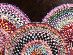 Crochet finishes off a woven mat. I Ike the color and texture combinations.  centros de mesa : alto douro