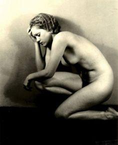 Josef Vetrovsky :: Etude de nu / Nude Study, 1930 / source: liveauctioneers via DanteBea more [+] by this photographer
