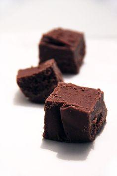 Le Gianduja vous connaissez? Que le nom vous dise quelque chose ou pas, vous en avez sûrement mangé même sans le savoir! Il s'agit d'un praliné à l'italienne, composé de sucre glace, de noisettes torréfiées et de chocolat au lait. Contrairement à son cousin le pralin, il n'y a pas besoin de réaliser de caramel…