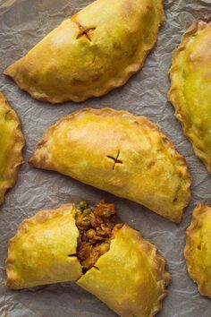 Curried vegetable pasties – vegan pasties filled with curried vegetables and chickpeas, perfect for picnicking! #vegan #baking #pastry recipe