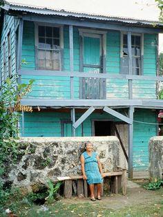 Belize - Corozal - Türkises Haus mit Frau in türkis