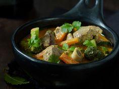 Lam i curry med brød og ris Pot Roast, Dishes, Ethnic Recipes, Food, Cilantro, October, Carne Asada, Roast Beef, Tablewares