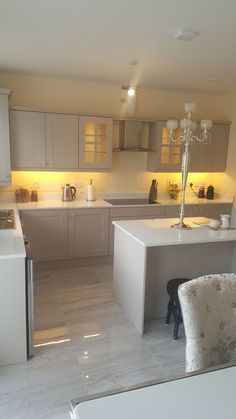 The yellow lighting under the cabinets is ugly Open Plan Kitchen Living Room, Kitchen Room Design, Luxury Kitchen Design, Luxury Kitchens, Home Decor Kitchen, Interior Design Kitchen, New Kitchen, Home Kitchens, Cuisines Design