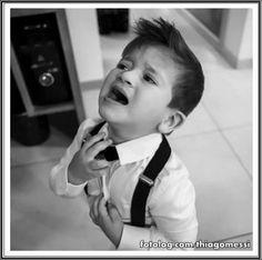 Não quero gravata, mami... : Tadinho do meu menino, tá se sentindo sufocado com essa gravata apertada rs. Titi tá cada vez mais parecido com a personalidade do pai também, só usa roupas confortáveis, quando precisa de uma roupinha mais sofisticada se sente incomodado rs, mas coitado, eu acredito que devia estar apertada essa gravata, pq na hora que estavam arrumando ele, ele ficou quietinho.  Bj | thiagomessi