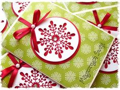 Kartka świąteczna ze śnieżynkową bombką