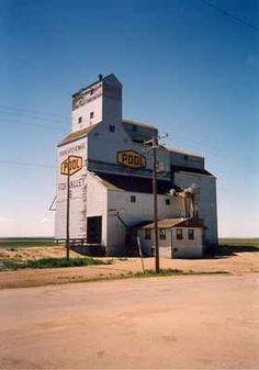 A grain elevator in Fox Valley, Saskatchewan. Old Buildings, Abandoned Buildings, Silo House, Canadian Prairies, Grain Silo, Red Houses, Ho Trains, Old Barns, Farmhouse Design