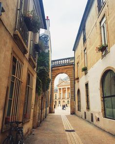 """#rue #tour #travel #weekend #Dijon #dijonville #Bourgogne #visite #france #place #fall #automne #square"""