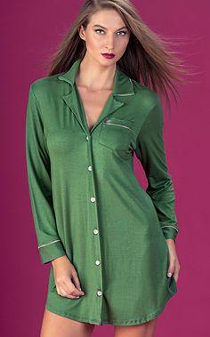 VINTAGE PREMIUM. O pijama ícone com acabamento de luxo em uma versão de Modal com Lycra com detalhes de Cetim. A camisola possui bolso com coroa bordada e filete de cetim, interior da gola de cetim na cor do filete e botões personalizados.