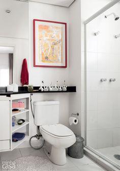 O banheiro foi incrementado com alguns mimos. Embaixo de um quadro de moldura vermelha, vasinhos de porcelana deixam à mão escovas de dente e acessórios de maquiagem. Vasos de porcelana Vila Parolari, R$ 145 as sete peças.