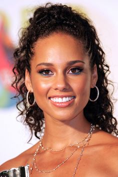 Alicia Keys Bright Eyeshadow - Alicia Keys lined her lower lids in bright blue eyeshadow at the 2005 MTV VMA Awards.