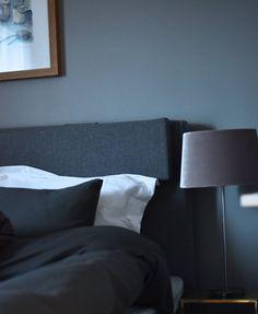 Hotellkänsla hos Elin Skoglund. Bäddat med påslakan Plain Smoke från Beach House Company