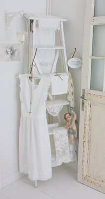 Shabby Chic Decor easy and creative tricks - Shabby yet delightful decorating tips to design a stupendous simple shabby chic . The ingenious Image posted on this not so shabby day 20190328 , pin note ref 3386090025 White Cottage, Shabby Chic Cottage, Shabby Chic Style, Shabby Chic Homes, Shabby Chic Decor, Deco Nature, Shabby Chic Furniture, Decoration, Ladder Decor