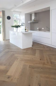 51 Fabulous Interior Design for Small Kitchen < Home Queen Planchers En Chevrons, Küchen Design, Interior Design, Cuisines Design, Kitchen Flooring, Oak Flooring, Kitchen Wood, Vinyl Flooring, Kitchen Interior