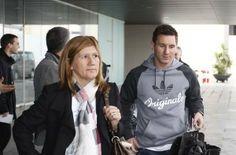 Messi y su madre. La expedición azulgrana viaja a Zúrich para asistir a la Gala FIFA de la entrega del Balón de Oro. Foto: Morata