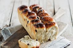 Make the perfect sweet loaf with these pull-apart mosbolletjies. This classic local baked good will never cease to be a favourite! Ma Baker, Grease 1, Bread Head, South African Recipes, Grape Juice, Cake Flour, Dry Yeast, Raisin, Bread Recipes