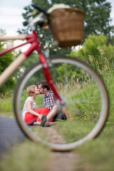Love this framing and this engagement shot!