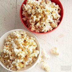 Making your popcorn extra fancy is a cinch with this one ingredient and our no-mess technique. Start with your favorite microwave popcorn or pop the kernels yourself. Shimmery edible glitter is the key!