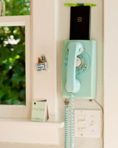 I LOVE Vintage Telephones, I want this for my kitchen. Vintage Telephone in Turquoise Style Vintage, Vintage Love, Vintage Walls, Retro Style, Vintage Stuff, Vintage Green, Retro Vintage, Vintage Phones, Vintage Telephone