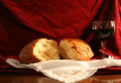 """""""A Eucaristia é mistério de fé.Jesus está no pão e vinho consagrados.Deus está no mundo,conduzindo quem se deixa conduzir por sua palavra...!!!"""""""