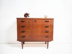 Vintage teak ladekast op mooi onderstel | Vintage Furniture Base