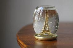 Que tal levar Paris para dentro do seu globo de neve?