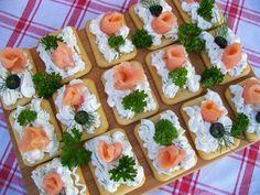 Krakersy z serkiem i wędzonym łososiem Snacks Für Party, Appetizers For Party, Appetizer Recipes, Party Food Platters, Food Decoration, Appetisers, Food Design, Raw Food Recipes, Lunch Recipes