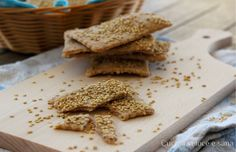 Crackers integrali senza lievito, ottimi sostituti del pane, si preparano in pochissimo tempo e con facilità. Perfetti per l'aperitivo, merenda o colazione