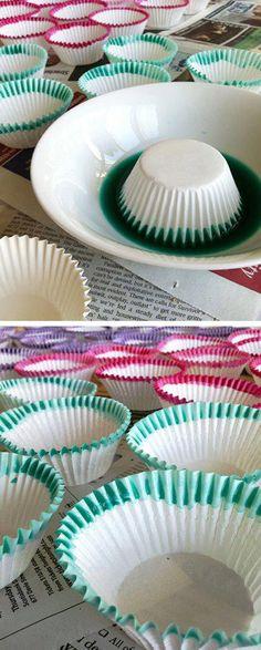 Come fare a crearvi da soli dei pirottini colorati partendo da semplici pirottini bianchi? Semplice! Basta intingere il bordo del pirottino in una soluzione fatta da acqua e colorante alimentare. Lasciate asciugare...et voilà