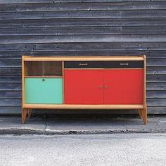 Enfilade formica vitrée 50. Matériau à la mode chez tout le monde dans les années 50 à 70. Coloré, brillant, il recouvrait notamment tous les meubles de cuisine. Synonyme de modernité à l'époque!    #formica #cupboard #vintage