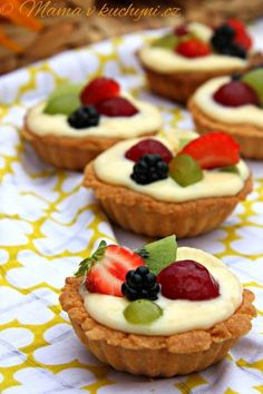 This is a new spin on a fruit pizza. You can make mini fruit pizza cookies for dessert for your next party, BBQ or family reunion. Mini Fruit Pizzas, Easy Fruit Pizza, Fruit Tarts, Fruit Pizza Cookies, Dessert Pizza, Fruit Dessert, Eat Fruit, Healthy Desserts, Easy Desserts