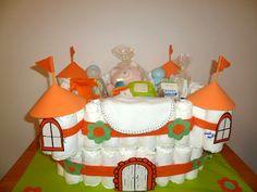 Castillo de pañales con productos para bebés