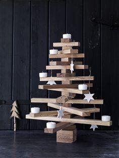 Met deze handgemaakte versie van hout steel je de show. Met planken, blokjes eikenhout, een staaldraad en moeren zet je de kerstboom makkelijk zelf in elkaar. Leuk versieren en af is 'ie.