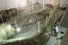 サンパウロ現代美術館のギャラリーに制作された、まるで巨大な木の根のようなインスタレーション「Transarquitetônica」の紹介