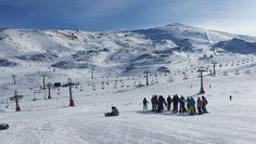 La privilegiada ubicación de #SierraNevada a media hora de  #Granada. La única pista de esquí que tiene tan cerca una ciudad. #grxperience #Granada #Andalucia #Spain #tumejortu #tourism #snow