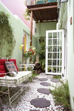 Small courtyard garden with seating area design and layout 50 Small Courtyard Gardens, Small Courtyards, Small Outdoor Spaces, Small Patio, Small Yards, Small Spaces, Outdoor Areas, Narrow Patio Ideas, Small Fence