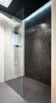 walk-in-shower-bathroom-black-mosaic tiles-led-deck .- ebenerdige-dusche-badezimmer-schwarze-mosaikfliesen-led-deckenbeleuchtung walk-in-shower-bathroom-black-mosaic tiles-led ceiling lighting - Rustic Bathroom Vanities, Bathroom Interior, Small Bathroom, Bathroom Black, Master Bathroom, Guys Bathroom, Design Bathroom, Mosaic Bathroom, Bathroom Colors