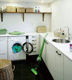 Rejäla ytor och ordentligt med förvaring. Det är vad en tvättstuga behöver. Golvet, portskiffer med golvvärme. Skåpen heter Ärlig och komme...