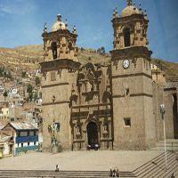Catedral de Puno Construida en el siglo XVII, el frontis fue esculpido por el alarife peruano Simón de Asto. La iglesia es una muestra del barroco español e incluye elementos andinos que confieren al monumento su carácter mestizo.