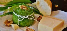 Basilikum-Pesto kannst du ganz leicht selber machen - mit und ohne Pinienkerne. Für unser leckeres Rezept brauchst du nur wenige Zutaten und hast in kurzer Zeit dein eigenes Basilikum-Pesto.