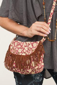 Bolsa em tecido , estampa floral com franja e taxinhas. <br>fecho imã, bolso interno. <br>Super estilosa! <br> <br>* a cor do forro pode variar entre as peças.