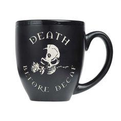 Alchemy Gothic. Deel je liefde voor caffeine! Met deze grote van hoge kwaliteit drinkbeker met de tekst 'Death before decaf' en een afbeelding van de Alchemy schedel. Deze beker is perfect voor iedereen die op zoek is naar een unieke gift met attitude.