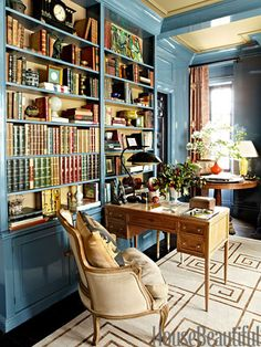 Perfect Love the color of the room, the library shelves and the small writing desk! Stylish Spin on Traditional The post Love the color of the room, the library shelves and the small writing desk! Sty… appeared first on Decor Designs . Home Library Design, Library Ideas, Home Library Decor, Cozy Library, Home Design, Manhattan Apartment, York Apartment, Library Shelves, Library Bookshelves