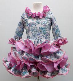 Traje de gitana flamenca para niña realizado a mano por nuetras propias modistas, 100% personalizable. Puedes encontrarlo en nuestra tienda online www.mibebesito.es Cute Outfits For Kids, New Outfits, Girl Outfits, Hijab Fashion, Fashion Dresses, Kids Fashion, Womens Fashion, Green Flowers, Pageant