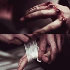 Que droga Hilly. Por que você não usou a fita? Ahh... — Aqui... — Enrrolo envolta da sua mão que sangrava, gases. — Isso vai ajudar... — sua face estava perdida como se ela não estivesse conectada a realidade. — Obrigada, e...— numa resposta monótona ela encerra a conversa — desculpe-me.